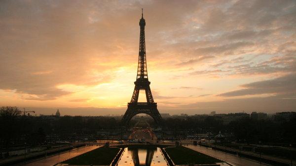 Z Eiffelovky u� se turist�m op�t to�� hlava. Sta�� se proj�t po prosklen� podlaze