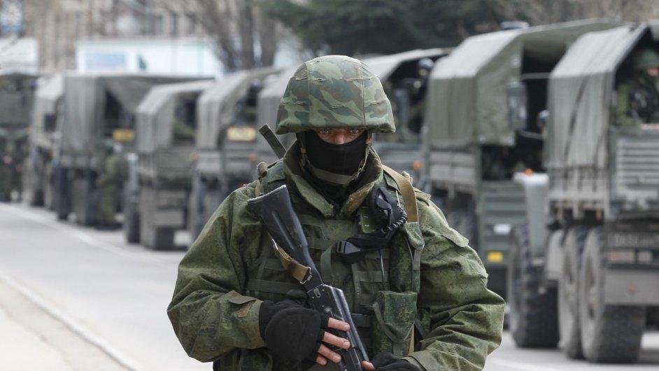 Rusko vyslalo na Ukrajinu už 6000 vojáků. Parlament vojenský zásah schválil.