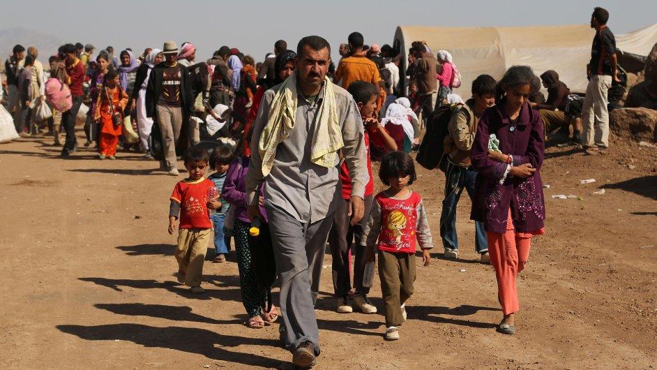 Uprchlíci z komunity iráckých jazídů přicházejí do tábora Nowruz v Sýrii.
