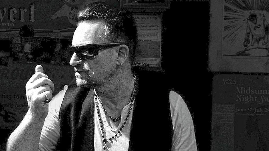 Fyzicky se nové album U2 začne prodávat od 13. října.