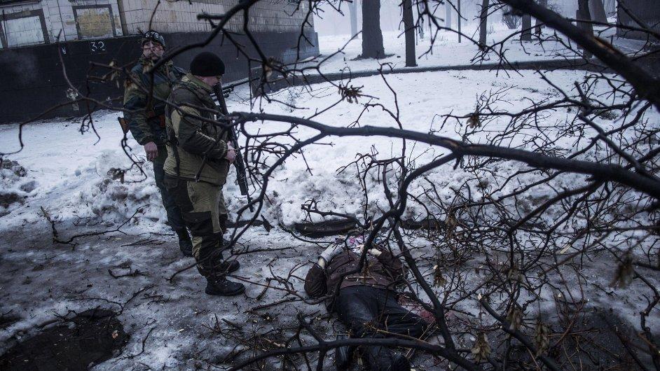 Separatisté nad tělem muže zabitého při minometném útoku.