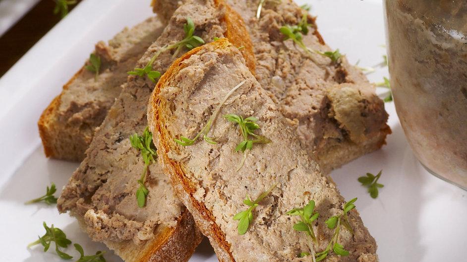 Jemná drůbeží paštika na čerstvě upečeném chlebu? Pochoutka.