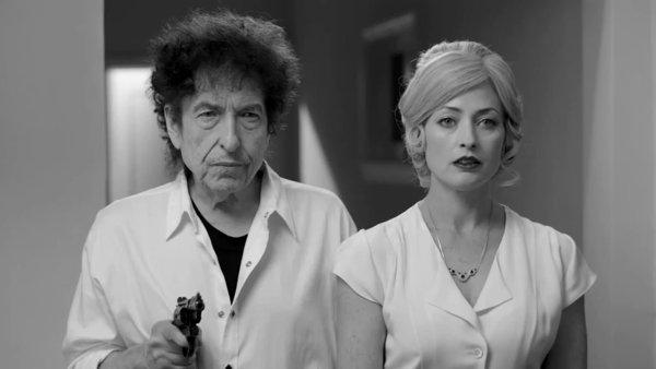 Bob Dylan si vloni zahrál v černobílém videoklipu, jejž natočil k albu Shadows in the Night.