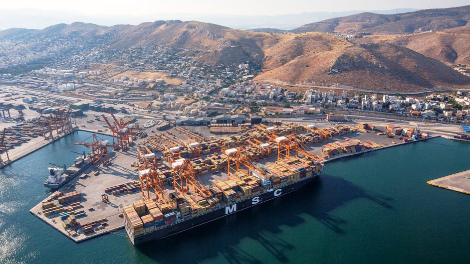 Přístav Pireus zažívá nárůst obchodu a rychle se rozšiřuje.