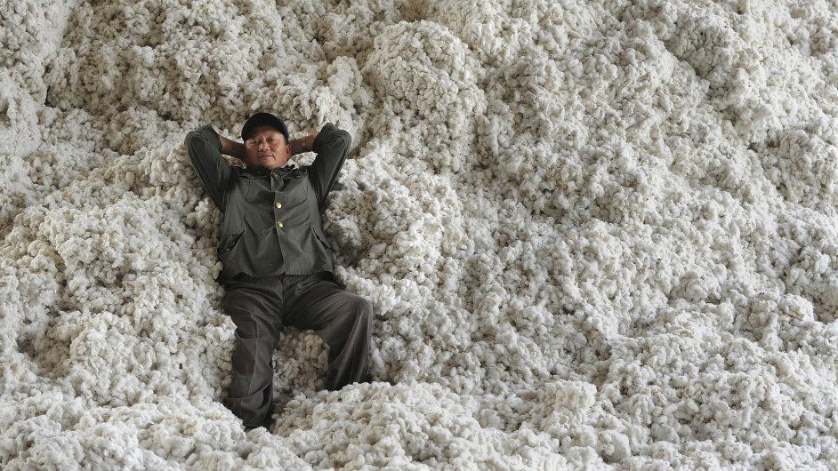 Tradiční bavlnu začínají nahrazovat umělá vlákna.