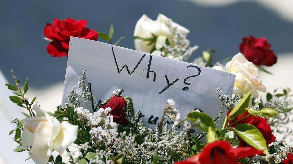 Květiny na místě páteční střelby v tuniském letovisku Súsa