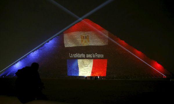 Francouzská a egyptská vlajka zdobí pyramidu v Gíze.-