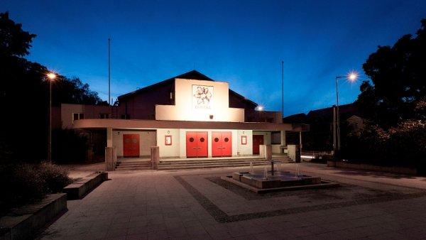 Divadlo Na Fidlovačce stojí v Nuselském údolí u toku Botiče proti Nuselskému pivovaru.