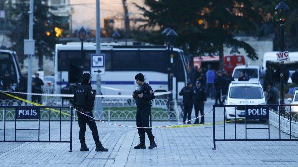 Turečtí policisté zajišťují místo, kde v Istanbulu došlo k explozi.