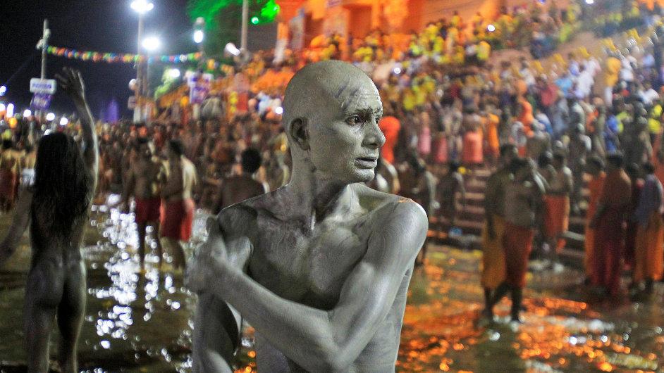 Svatý muž si pomazává tělo popelem poté, co se ponořil do řeky Shipra.