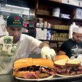 Z�pisky protivn�ho hosta: Pastrami v�s v USA vyjde p�tkr�t dr� ne� v �esku. Nelitujete ale jedin�ho dolaru