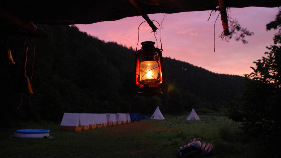 Oddíl Veverek z Brandýsa nad Labem jezdil po třicet let tábořit k řece Berounce. Už deset let tam ale tábory pořádat nemohou.