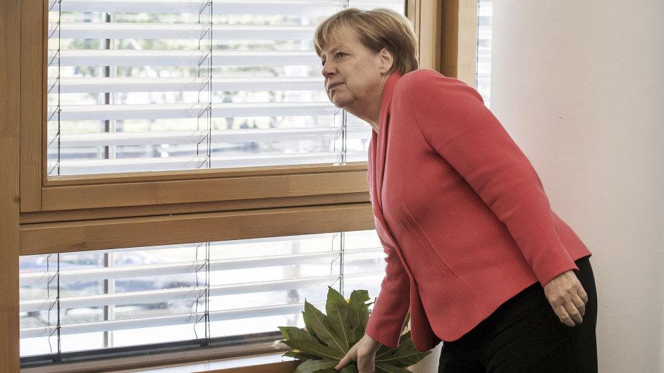 Bundeskanzlerin Angela Merkel (CDU) holt die Blumen für den Berliner CDU-Spitzenkandidaten zu Beginn der CDU-Vorstandssitzung am 19.09.2016 in Berlin. Nach der Wahl zum Berliner Abgeordnetenhaus sind