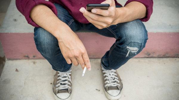 Mobil jako terapeut. Kuřákům, kteří se chtějí zbavit závislosti, nebo psychicky nemocným lidem mohou pomoci zvláštní lékařské aplikace - Ilustrační foto.