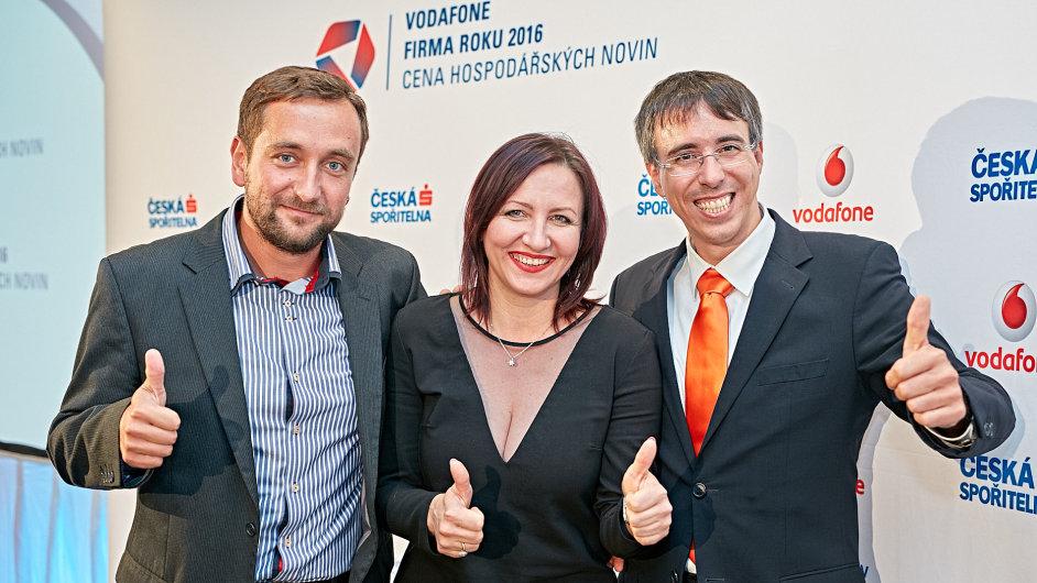 Michal Fiala (vlevo) a Lubomír Kuchynka, jednatelé vítězné společnosti Kufi Int, a Jitka Strnadová, dcera Živnostníka roku 2016 Plzeňského kraje Pavla  Štáhlicha.