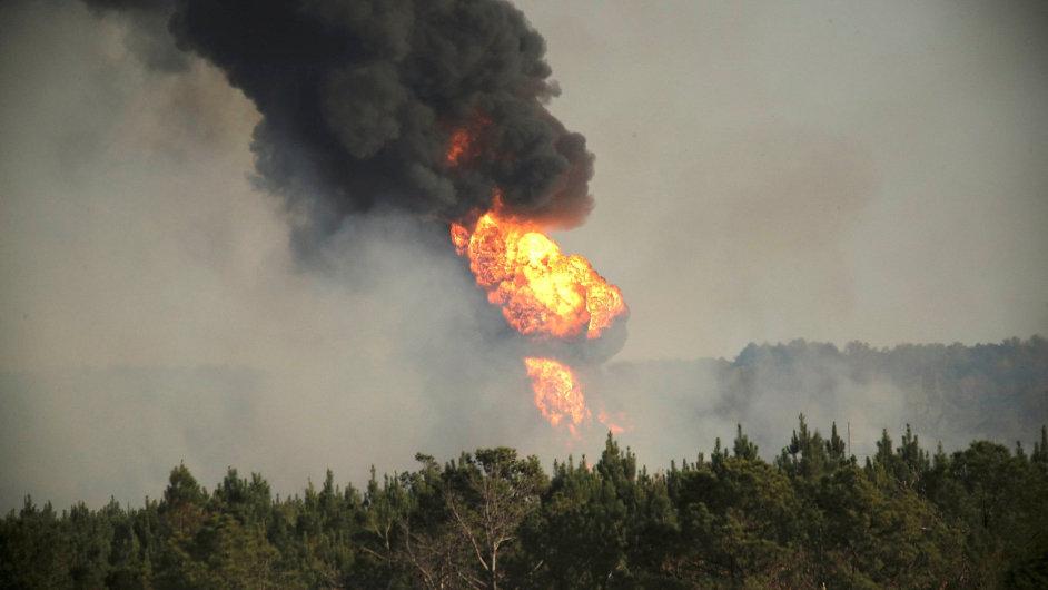 Plameny šlehající z místa exploze ropovodu v Alabamě jsou vidět na kilometry