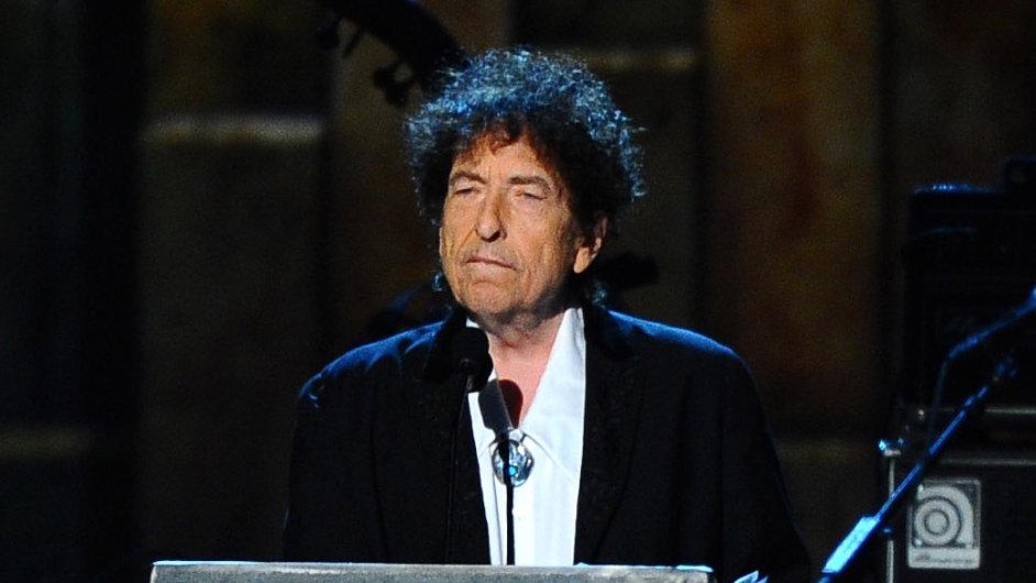 Bob Dylan se sobotního udílení Nobelových cen nezúčastnil. Na snímku je z loňského roku, kdy v USA přebral cenu nadace MusiCares.