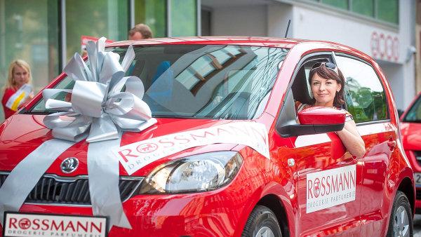 V roce 2014 museli účastníci soutěže o auto, kterou drogerie Rossmann slavily 20 let na českém trhu, složit básničku. Teď mohou firmy vítěze prostě vylosovat.