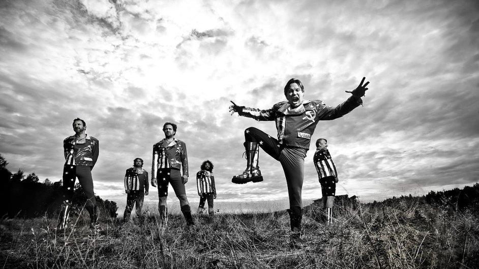 Tuzemská kapela Monkey Business (v popředí je zpěvák Matěj Ruppert) složí poctu zpěváku Georgi Michaelovi.