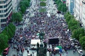 Na Václavském náměstí a na Hradě demonstrovaly opět proti Babišovi a Zemanovi tisíce lidí