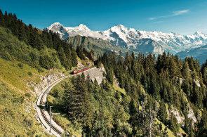 Když se cesta stane cílem: Ve Švýcarsku se vyplatí nepospíchat a vydat se vlakem do lesů a hor