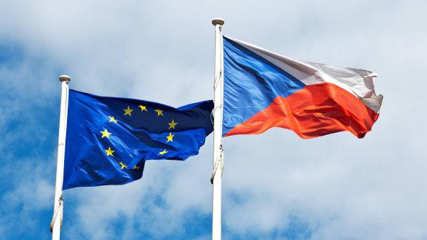 Česká a evropská vlajka - Ilustrační foto,