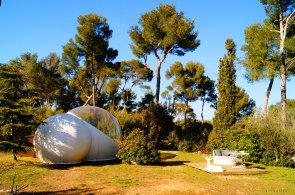 Dobrodružně, ale přitom v pohodlí: Neobvyklé světové hotely mají podobu bubliny i hnízda v korunách stromů