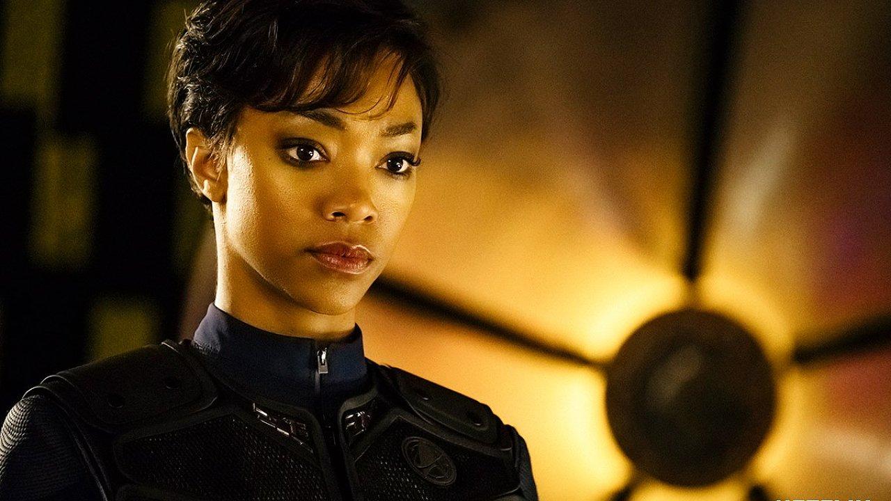 Na snímku ze seriálu Star Trek: Discovery je herečka Sonequa Martinová-Greenová v roli prvního důstojníka lodi USS Shenzhou.