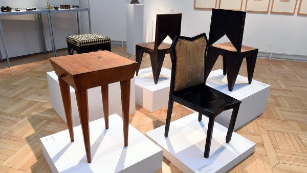 Na snímku jsou židle ze souboru nábytku pro malíře Josefa Mařatku (1911-1912), stolek ze souboru nábytku pánského pokoje (1910-1911) a taburet (1921-1922).