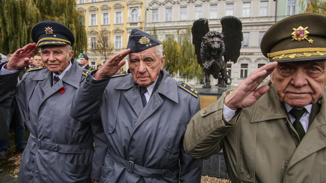 Českoslovenští veteráni RAF se dočkali pocty na pražském Klárově.