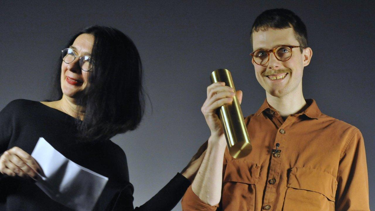 Letošním laureátem Ceny Jindřicha Chalupeckého byl v neděli vyhlášen třiatřicetiletý Martin Kohout. Vlevo je předsedkyně poroty Zdenka Badovinacová.