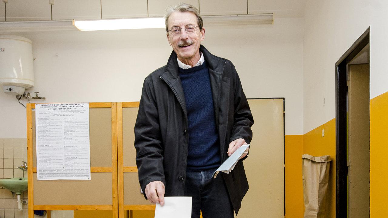 Jiří Hlavatý (nezávislý za ANO) hlasuje ve Dvoře Králové nad Labem na Trutnovsku v doplňovacích volbách do Senátu.