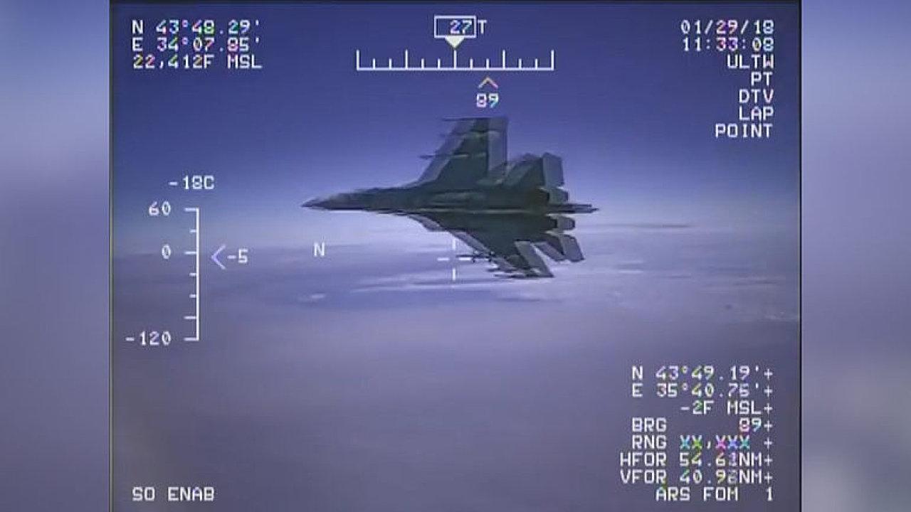 Ruská stíhačka se přiblížila k americkému letounu na pouhý metr a půl.