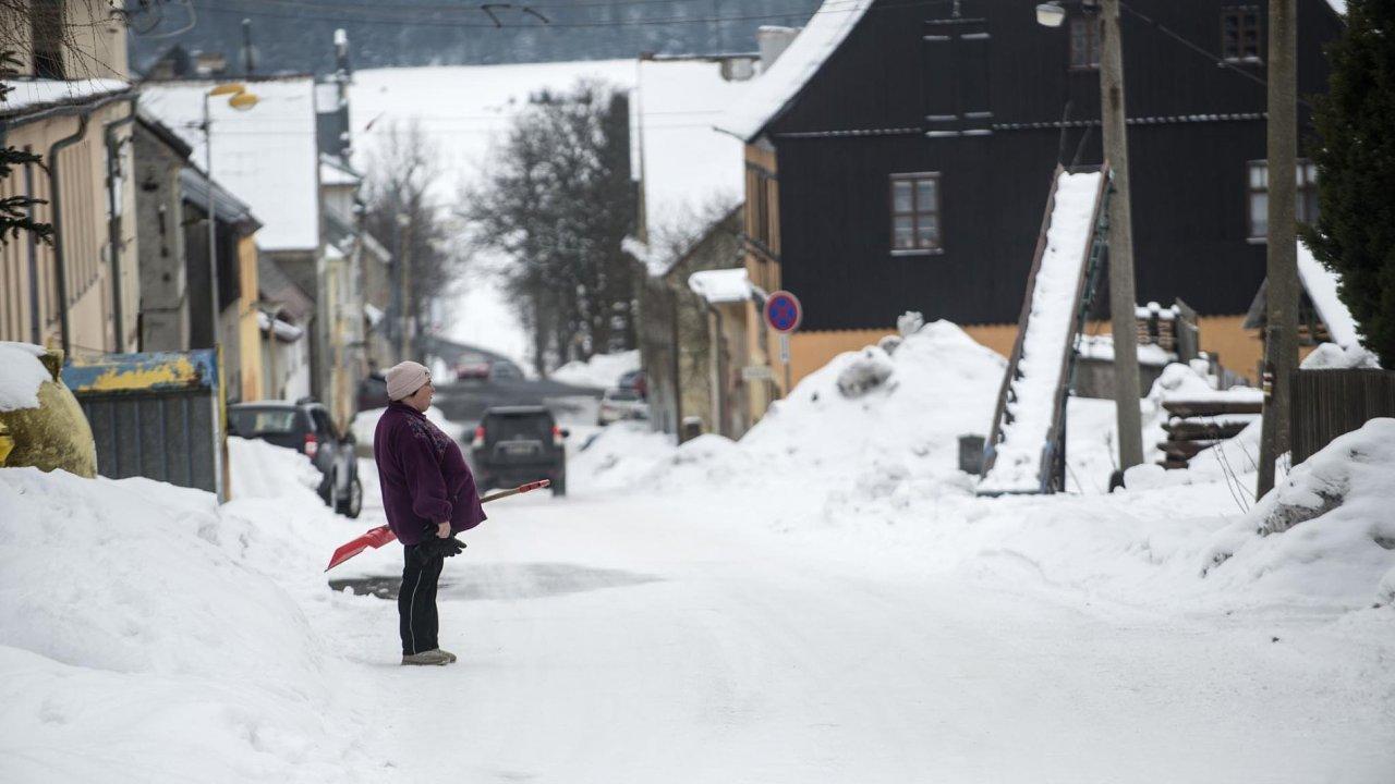 Horní Blatná se vylidnila při poválečném odsunu Němců, poté ji dosídlili Češi. Městečko založené v16.století kvůli těžbě kovů se potýká snezaměstnaností aexekucemi.