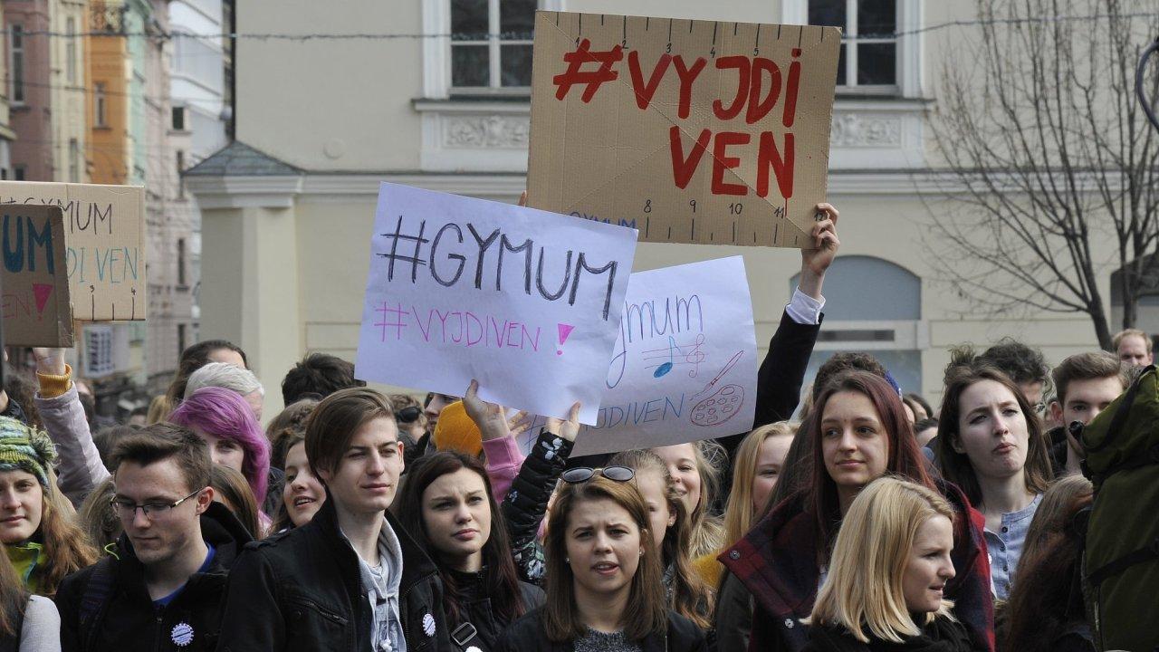 Brněnští studenti a aktivisté se na náměstí Svobody připojili k celostátní protestní akci studentů Vyjdi ven na obranu ústavních hodnot.