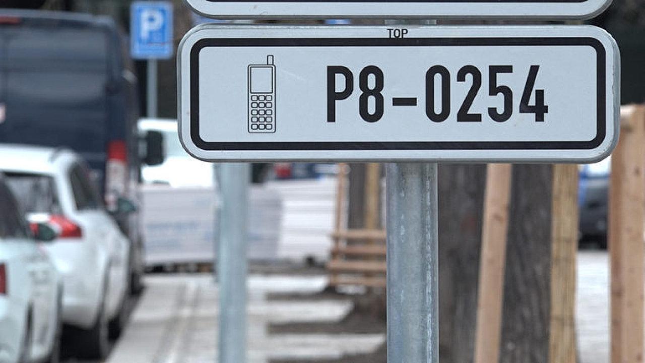 Na modré v Praze může zaparkovat každý. Zásady parkování v metropoli.