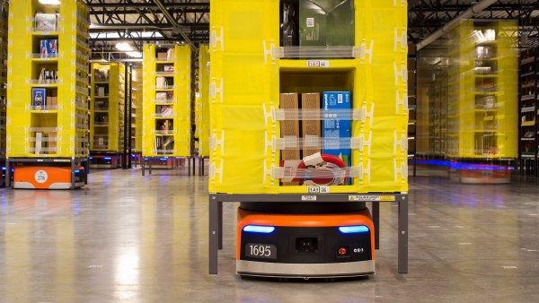 Amazon provozuje ve svých distribučních centrech desítky tisíc přepravních robotů.