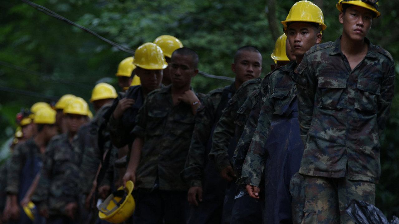 Záchranných prací se účastní desítky dobrovolníků.