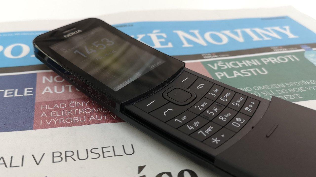 Retro telefon Nokia 8110 v redakci Hospodářských novin a Aktuálně.cz