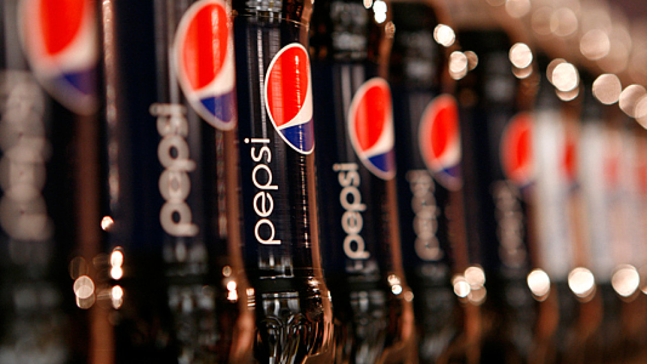 Láhve limonády Pepsi.