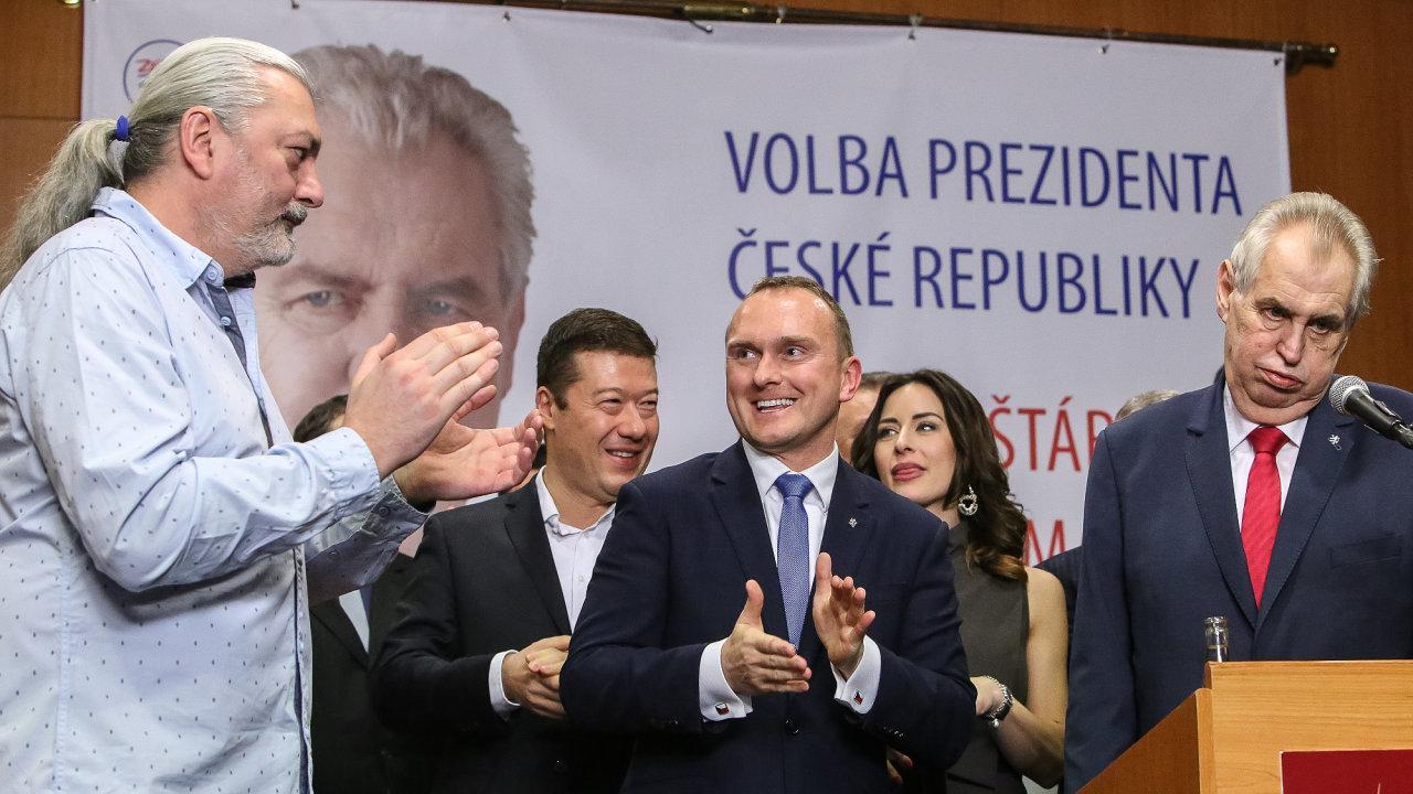 Miloš Zeman byl právě zvolen prezidentem a dozpíval státní hymnu spolu se svými přívrženci.