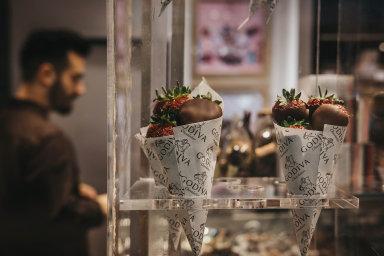 Ani v nově otevíraných kavárnách firmy Godiva nebudou chybět jahody máčené v čokoládě.