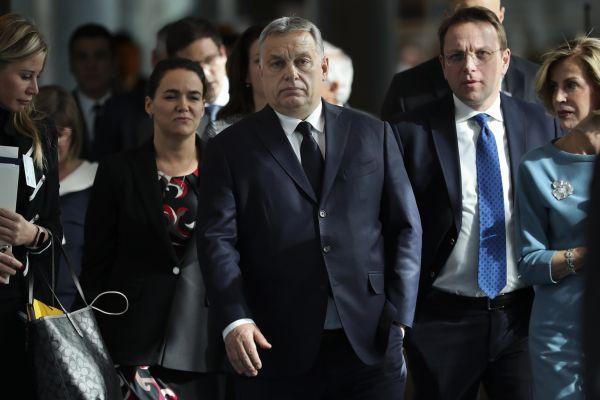 Maďarský premiér Viktor Orbán (uprostřed) při příchodu do Evropského parlamentu, kde se zúčastnil jednání Evropské lidové strany.