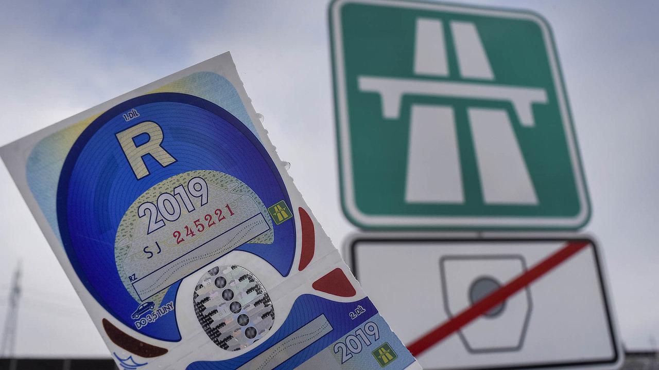 Papírové dálniční známky měly příští rok nahradit elektronické, kvůli tendru na dodavatele e-shopu ale skončil ministr dopravy Vladimír Kremlík (za ANO).