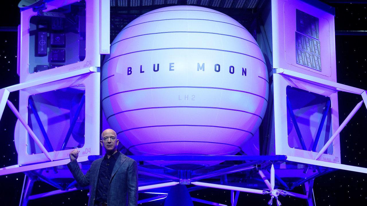 Jeff Bezos představuje maketu modulu Blue Moon.