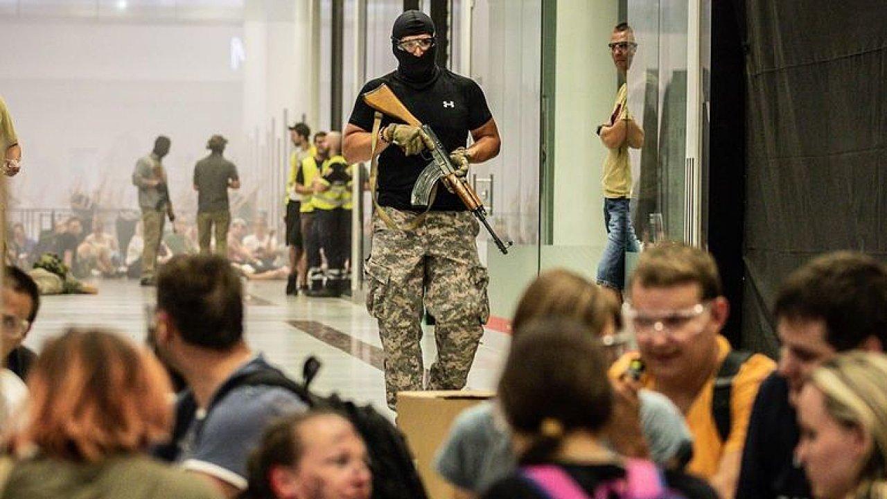 """""""Proběhnou tu hrozný jatka."""" Záchranáři v Praze trénovali zásah proti terorismu."""