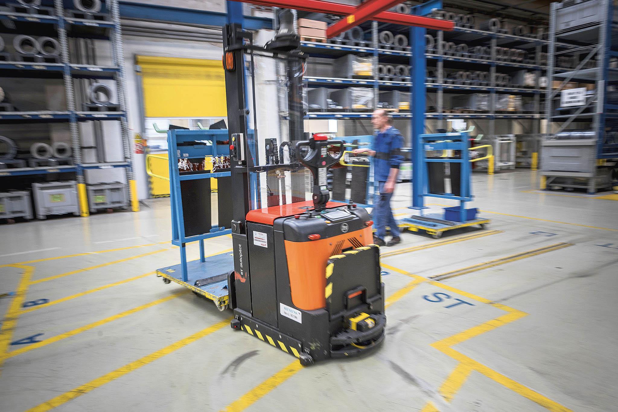 Siemens využívá simulaci pomocí technologie digitálních dvojčat ve své továrně ve Frenštátu pod Radhoštěm při vývoji nových výrobků, ale ipro plánování interní logistiky.