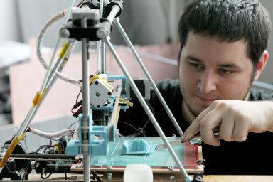 Josef Průša z Prahy zdokonaluje 3D tiskárnu RepRap, která umí tisknout trojrozměrně a dokáže z větší části vyrobit součástky potřebné k jejímu postavení