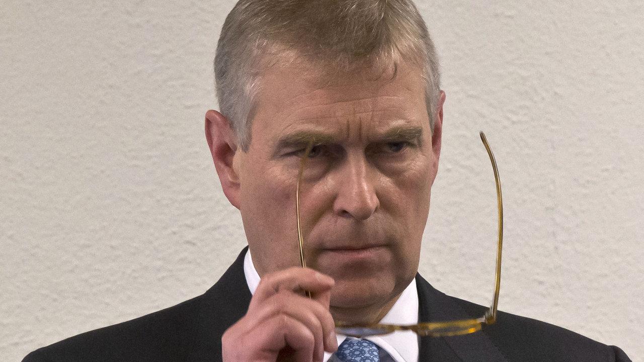 Britský princ Andrew čelí obviněním, že se zapojil do sexuálního zneužívání mladistvých dívek, kvůli kterému měl být souzen Jeffrey Epstein.