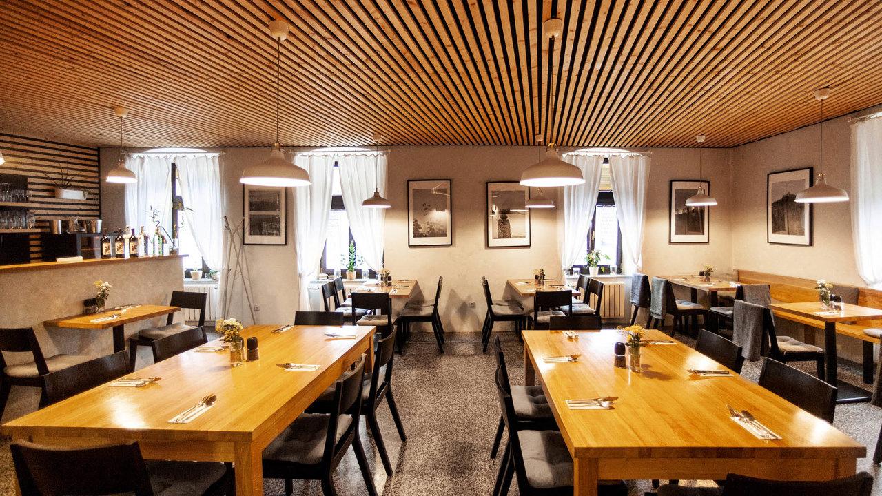 Orlík - Masarykovo nábřeží 10 Praha 2 - Extra salónek, Klimatizace, Nekuřácká část, Točená kofola - Kolektiv zaměstnanců by vás rád uvítal v restaurantu Orlík.